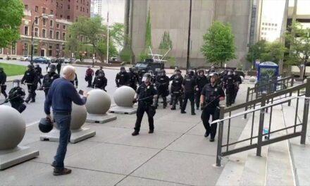 Dos policías de Buffalo acusados de empujar a un manifestante de 75 años